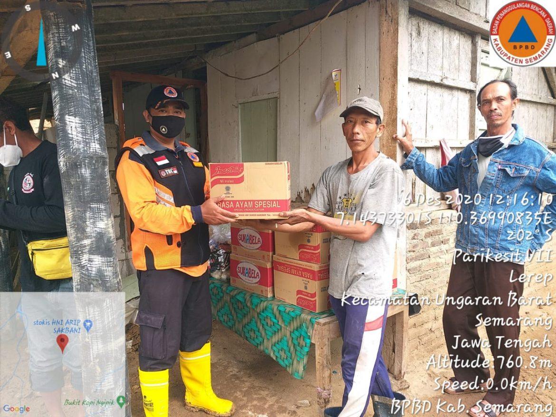 Penyerahan Bantuan Logistik Korban Longsor di Lerep